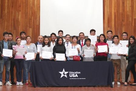 Reciben alumnos constancia de cursos de inglés de Centro USA