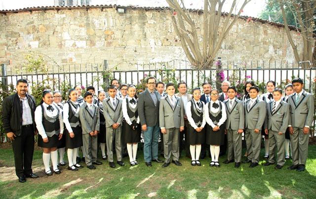 Entrega MCH reconocimientos enviados por el presidente Peña