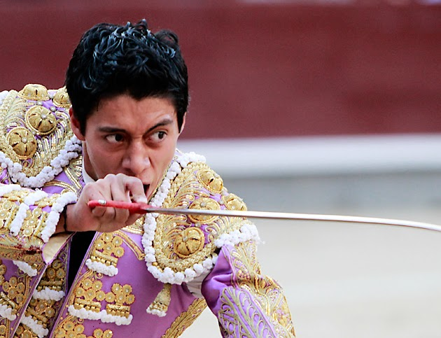 El torero tlaxcalteca Sergio Flores sufre cornadas en corrida