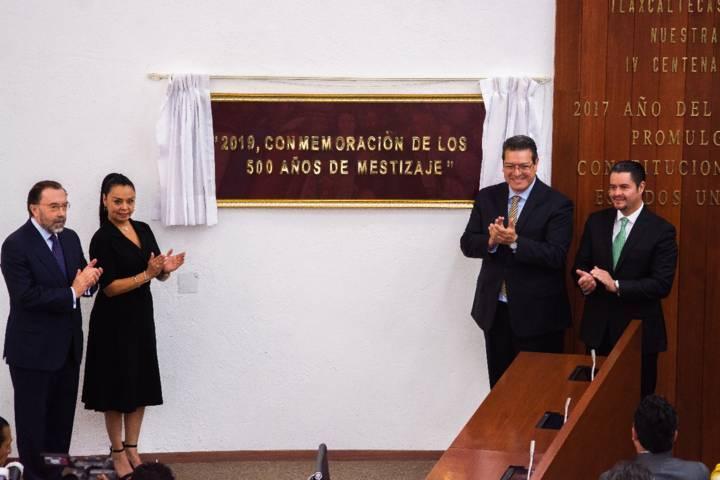 DEVELAN EN EL CONGRESO DEL ESTADO PLACA CONMEMORATIVA A LOS 500 AÑOS DEL ENCUENTRO ENTRE DE TLAXCALTECAS Y ESPAÑOLES