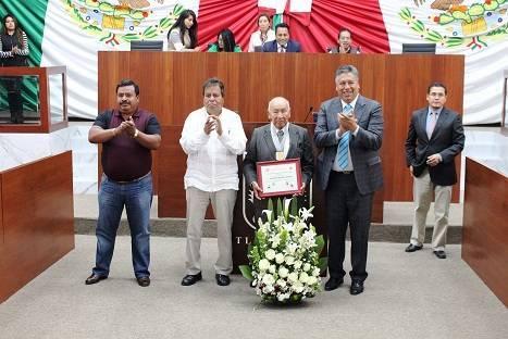 """Entrega congreso de Tlaxcala presea """"Jose Arámburu Garreta"""" al maestro  Domingo Grande Sánchez"""
