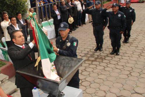 Alcalde encabeza Incineración de Bandera y municipalización