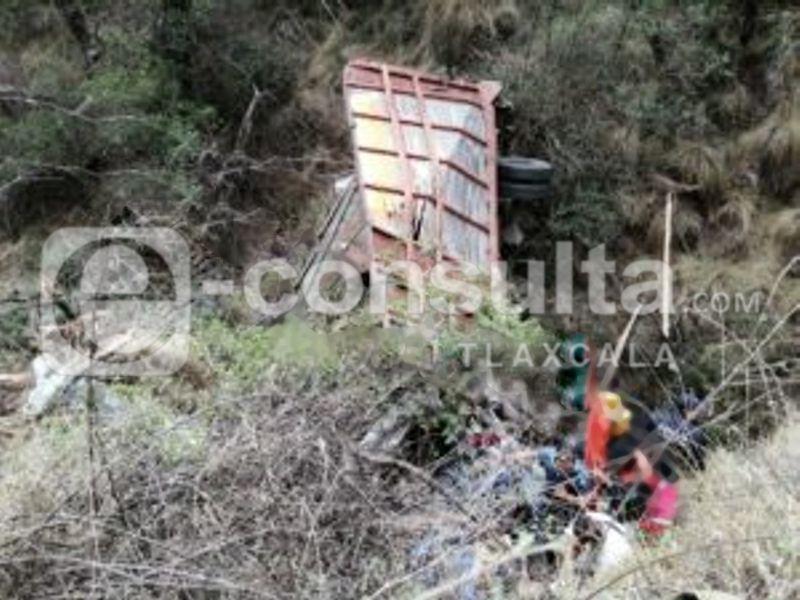 De milagro salva la vida, cayó en barranco de 30 metros, en Domingo Arenas