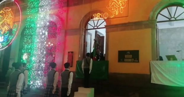 Ciudadanos se la mientan a la presidenta de Tlaxco durante el grito de independencia