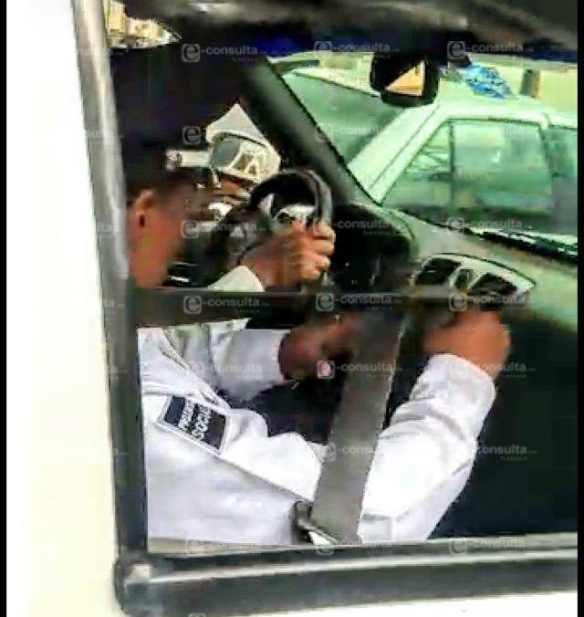 Exhiben a policías mordelones con falsos retenes