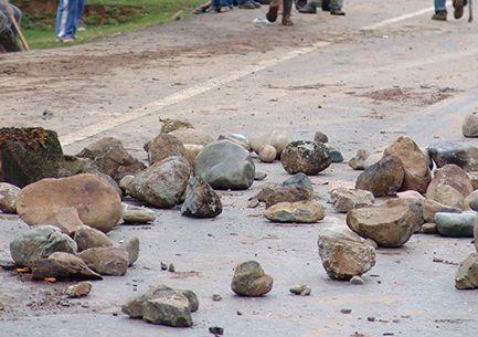 Bloquean estudiantes de la UATx carretera a Xalpatlahuaya