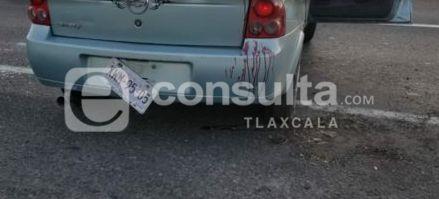 Ebrios sujetos vuelcan su vehículo en San Pablo del Monte y huyen