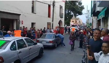 Se manifiestan pobladores de Ixcotla y provocan  destrozos en alcaldía de Chiautempan