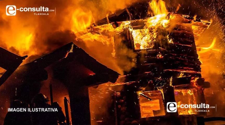Policías municipales salvan la vida a dos abuelitos tras incendio en su domicilio