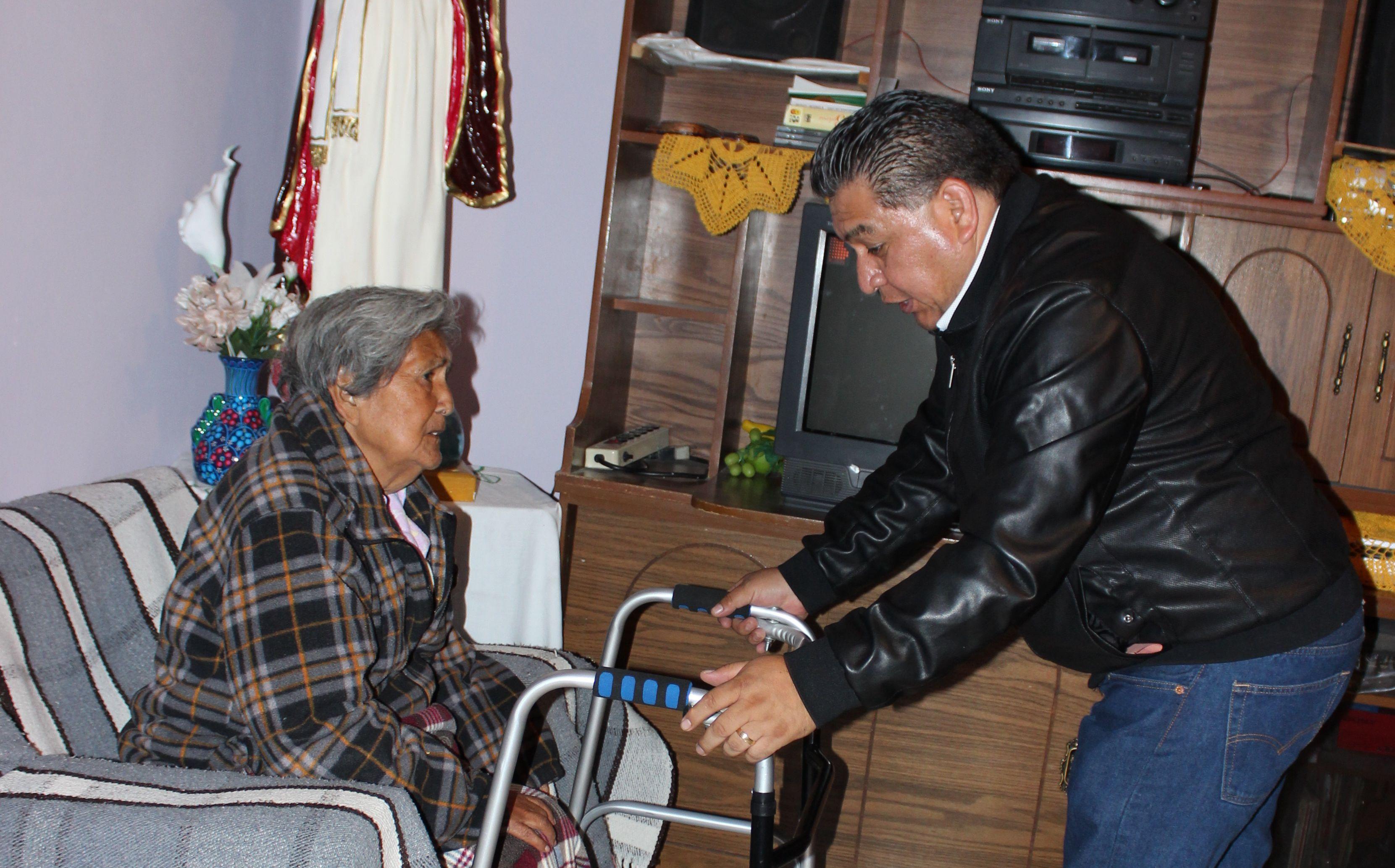 Entrega Eloy Reyes Juárez apoyos ortopédicos a personas de Apetatitlán