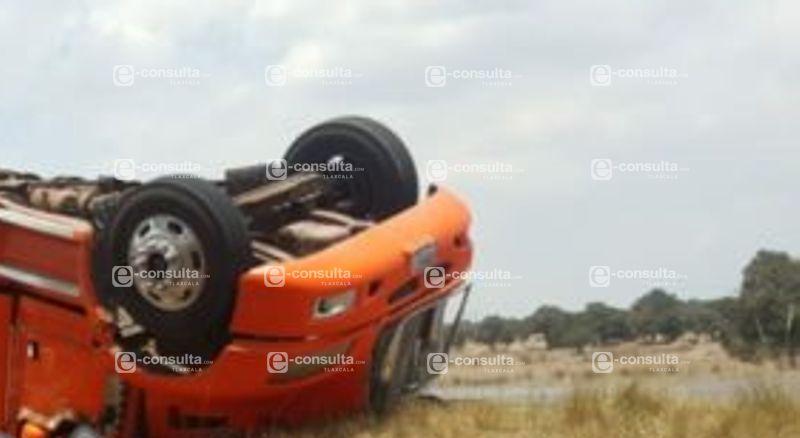 Vuelca camionero por huir de asalto en Xaloztoc