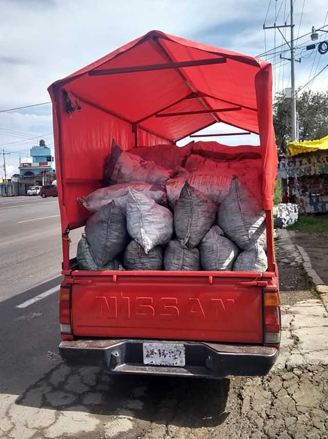 La SSC aseguró un vehículo con costales de carbón vegetal en Tenancingo