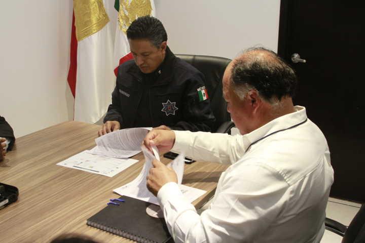 La SSC y el ayuntamiento de Atlangatepec entregan armas de fuego a la policía municipal