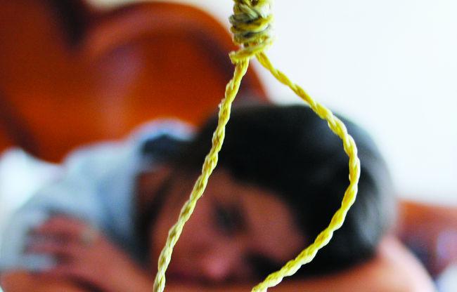 Se cuelga joven en su recámara y oculta los motivos a su padres