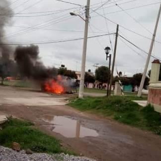 Por conflicto territorial, vecinos queman patrulla en Tepetitla