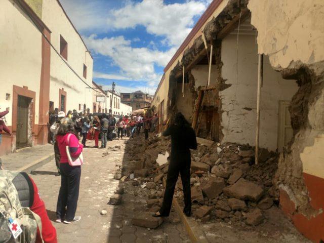 Casa de Tlaxco es destruida por tráiler que se quedó sin frenos