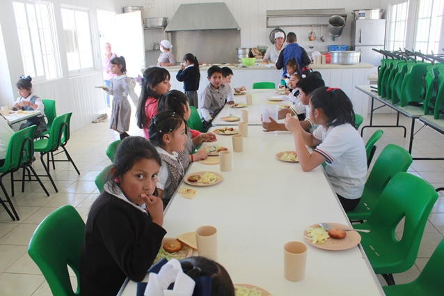 Benefician a 800 niños con desayunos calientes en Tetla