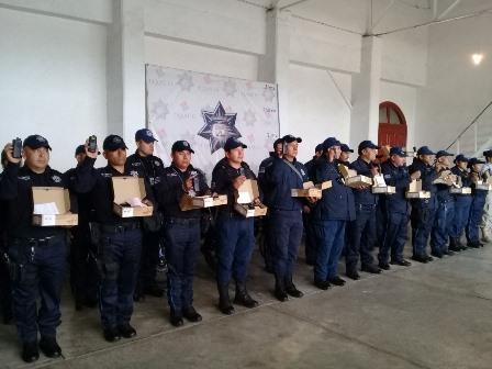 Entrega Tlaxco equipo de radio de comunicación a policías