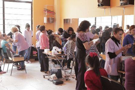 Realizan en Tepeyanco jornada de cortes de cabello y maquillaje