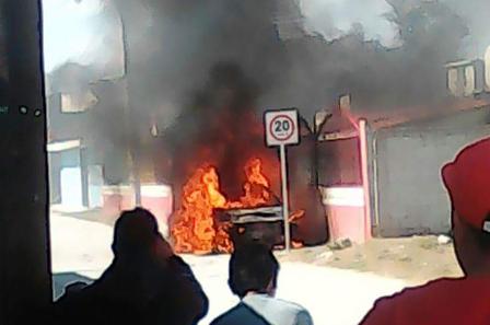Padres de familia queman vehículo de directora en Tepetitla