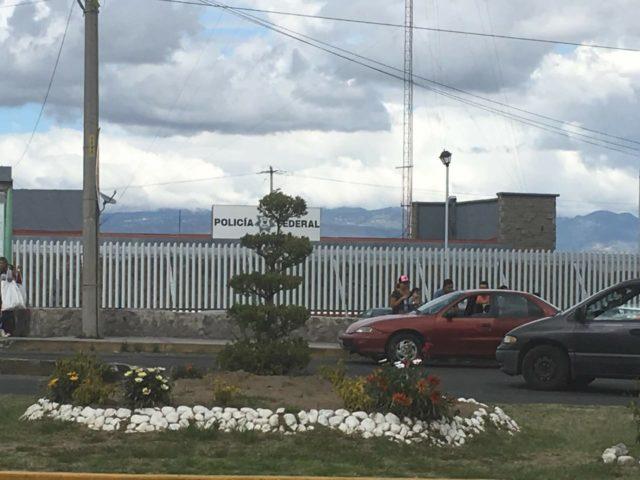 Policías de Tequexquitla descargaban tráiler robado y los atrapan