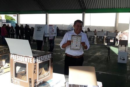 Emite el morenista Rubén Terán su voto en El Carmen Aztama