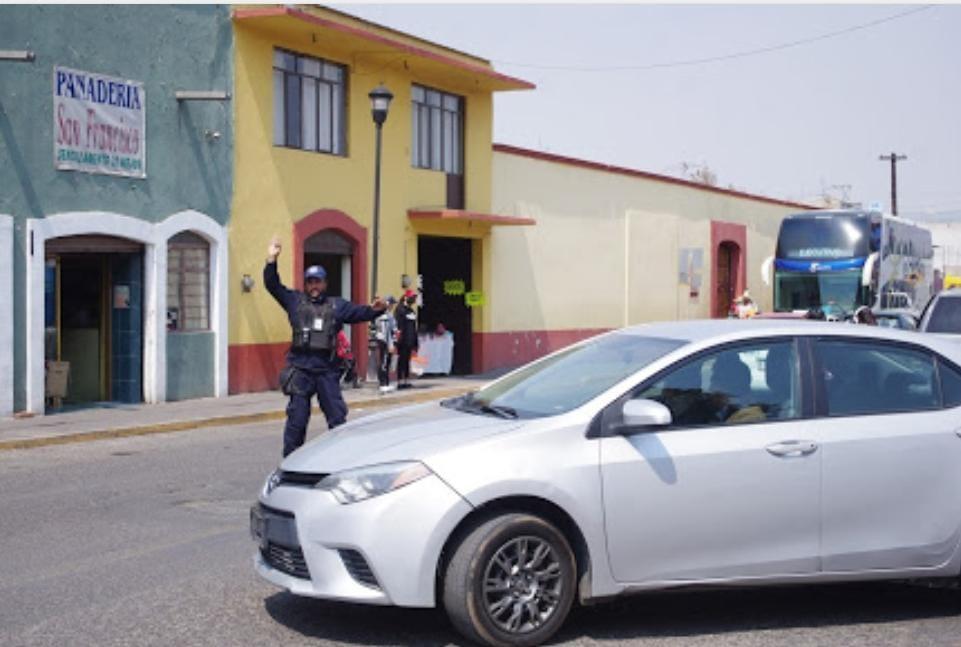 Seguridad municipal ayudando a la vialidad
