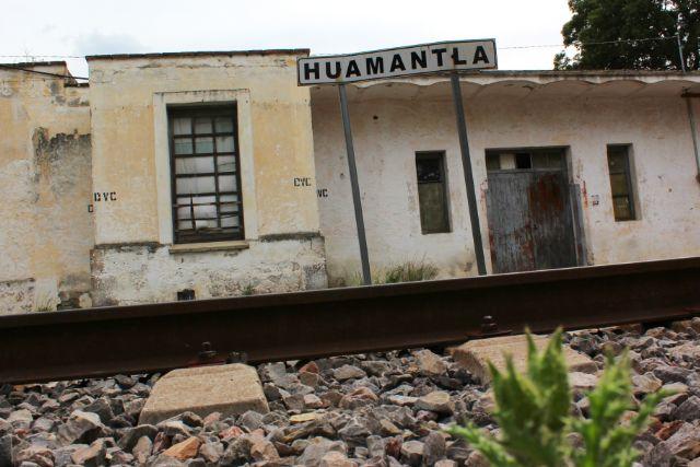 Transporte público choca contra el tren en movimiento en Huamantla