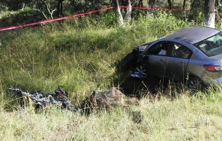 Se impacta motociclista con un automóvil y pierde la vida