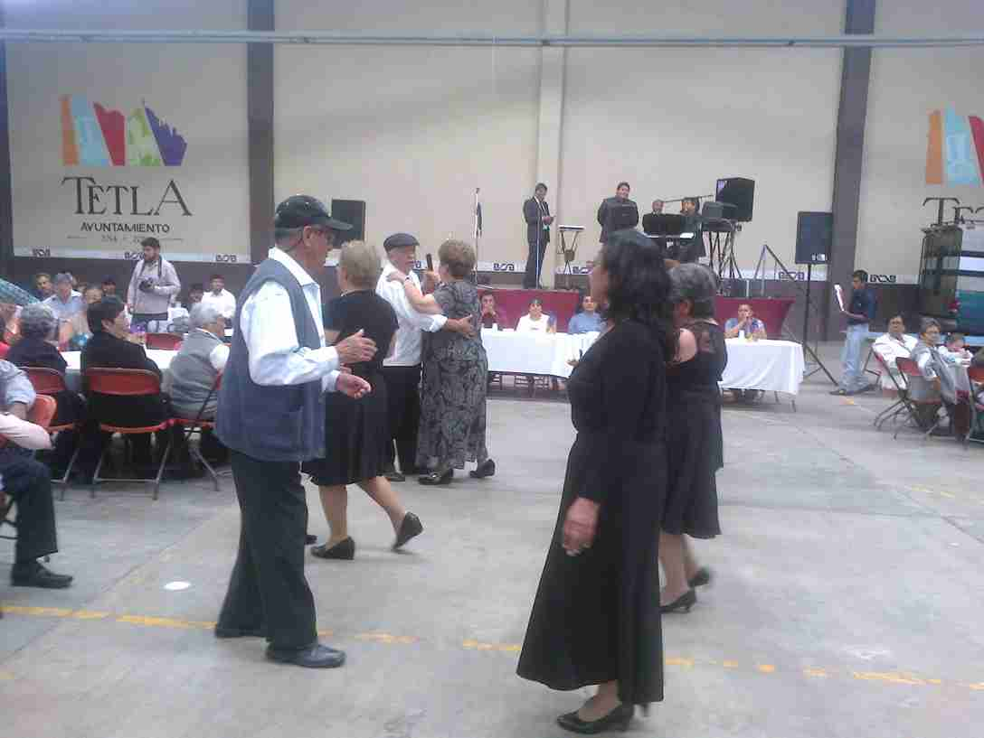 Alcalde de Tetla festeja a los abuelitos