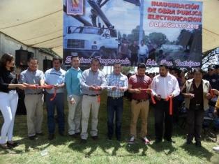 Alcalde de Tetla entrega obra de electrificación