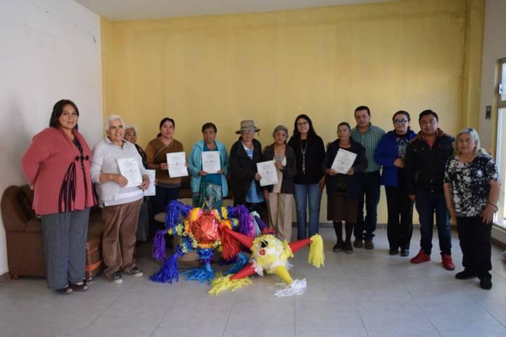 Entrega de constancias en Tzompantepec al grupo de la tercera edad del curso de piñatas