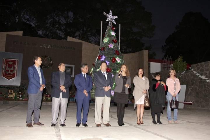 Encienden árbol navideño en la UAT