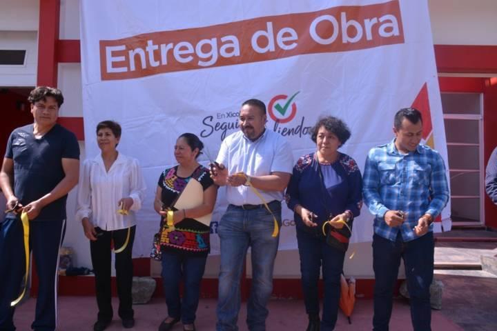 Entrega alcalde de Xicohtzinco obra de ampliación de energía eléctrica y agua potable