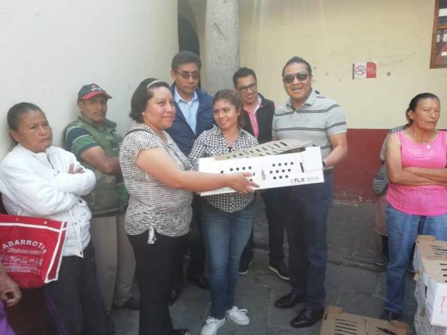 Héctor Domínguez Rugerio entrega paquetes de pollos de postura