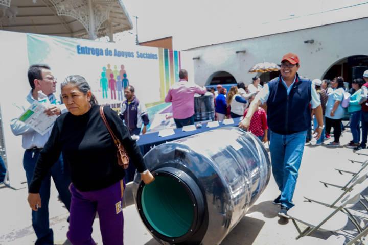 Con estos tinacos apoyamos a 70 familias en su economía: alcalde