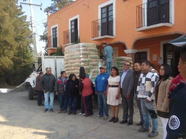 Entrega Héctor Domínguez  5 toneladas de cemento  a Tlalcuapan