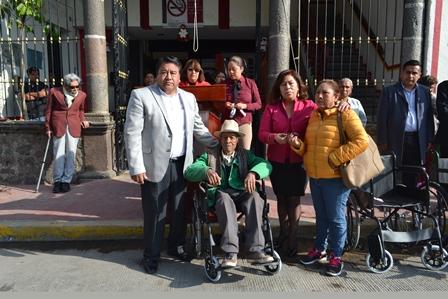 Entregan aparatos funcionales a pobladores de Tlaltelulco
