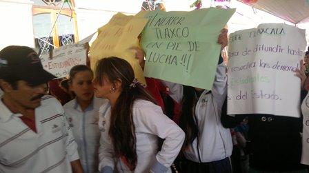 Abuchean a Mariano en Tlaxco en evento de Pueblo Mágico