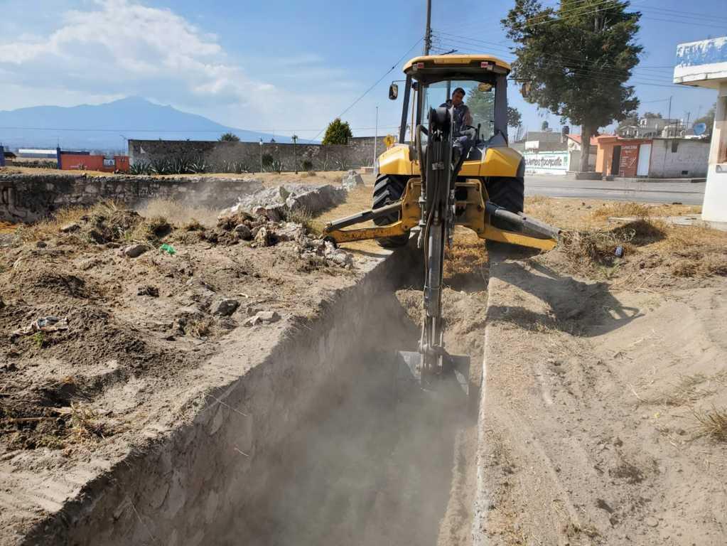 Realiza mantenimiento y desazolve en canal pluvial de la colonia Francisco Villa Tecoac