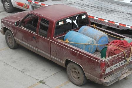 Policías aseguran una camioneta con hidrocarburo robado
