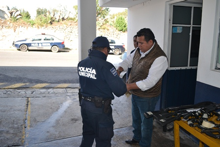Entrega alcalde de Tzompantepec armas a policías municipales