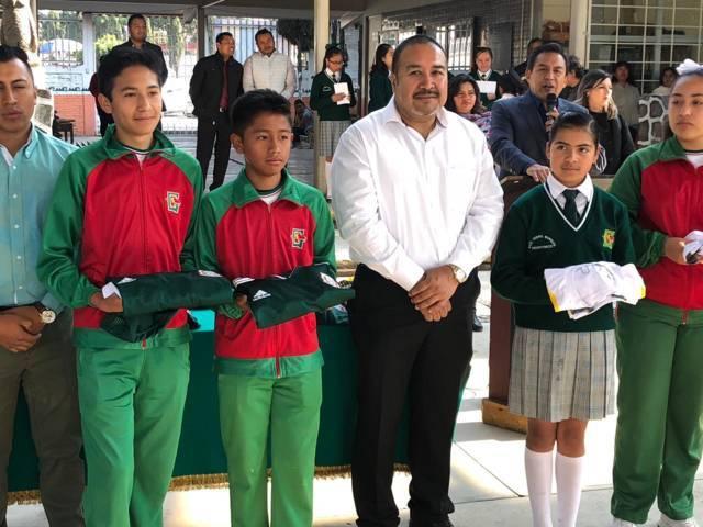 Badillo Jaramillo estimula a 20 estudiantes con uniformes deportivos