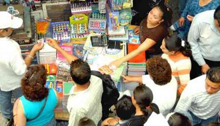 Comerciantes malbaratan útiles  escolares por competencia desleal