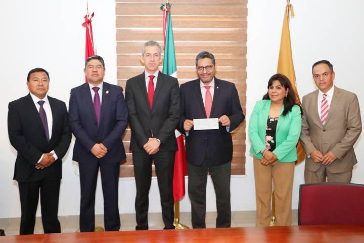 Recibe la UATx becas por parte de banco Santander
