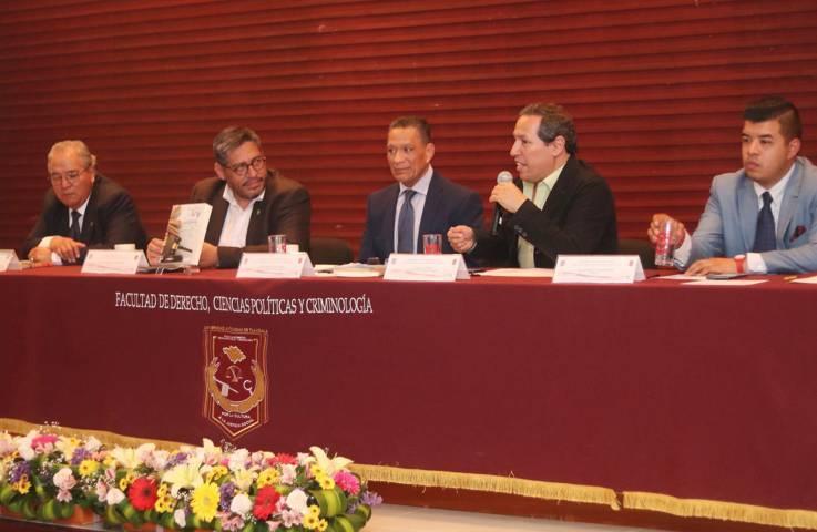 Presentan en la UATx libro sobre derecho y literatura
