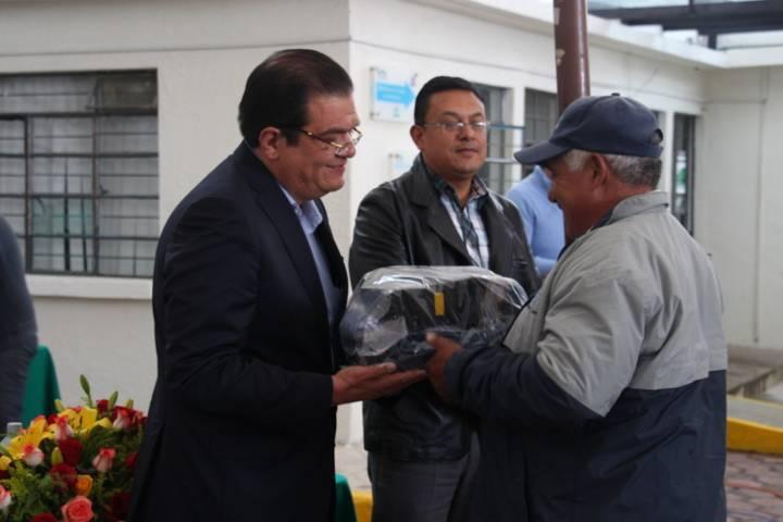 Alcalde mejora la imagen de los trabajadores de agua potable del municipio