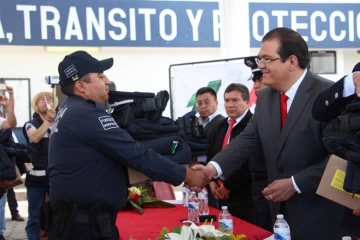 Entrega alcalde de Huamantla uniformes a policías municipales