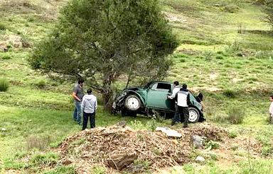 Vocho se vuelva en carretera; conductor resulta lesionado