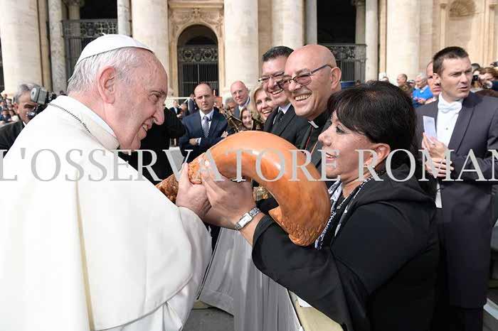 Recibe Papa Francisco el bastón de mando de Tizatlán
